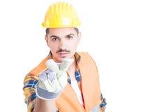 Säker teknikerdanande som ser dig gest Arkivbilder