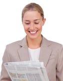 säker tidningsavläsning för affärskvinna arkivbild