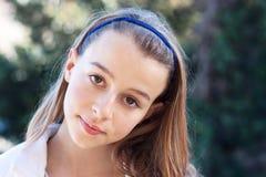 Säker tonåring som ser kameran Royaltyfri Foto