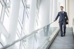 Säker trappa för kontorsbyggnad för stående för affärsman arkivbild
