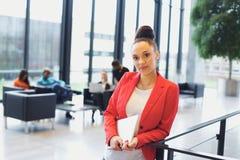 Säker ung affärskvinna med en bärbar dator i regeringsställning Arkivbild