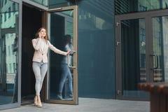 Säker ung affärskvinna som talar på mobil royaltyfri fotografi