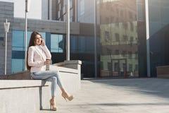 Säker ung affärskvinna som talar på smartphonen Arkivbilder