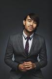 Säker ung affärsman mot svart bakgrund Royaltyfri Fotografi