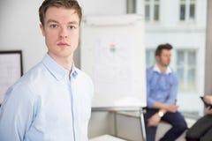 Säker ung affärsman som i regeringsställning står Arkivfoton