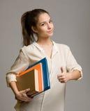 Säker ung deltagarekvinna. arkivfoto
