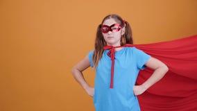 Säker ung flicka som förställas som en superhero lager videofilmer