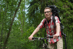 Säker ung man på den framåtsträvande cykeln kopiera avstånd Arkivfoton