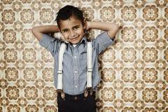 Säker ung pojke i hänglsen Royaltyfri Bild