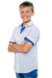 Säker ung pojke som poserar i casuals royaltyfria bilder