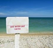 Säker vattengräns 1 meter rådgivning på en strand för grafiskt begrepp arkivfoto