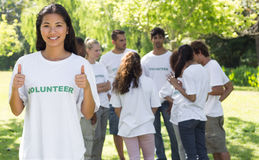 Säker volontär som gör en gest upp tummar Arkivfoton
