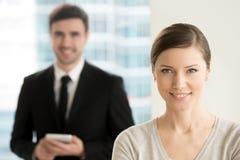Säker yrkesmässig affärsdam som ler för kameran, marketi fotografering för bildbyråer