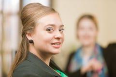 Säker yrkesmässig kvinna som ler med hänglsen arkivfoton
