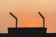 Säkerhet elektrifierad vägg Arkivbild