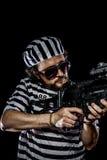 Säkerhet Fängelsetumultbegrepp Man som rymmer en maskingevär, prisone Arkivbild