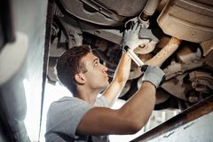 Säkerhet först: ett automechanic för en detaljerad undersökning arkivbild