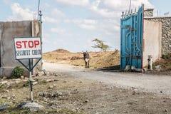 Säkerhet kontrollerar in Kenya fotografering för bildbyråer