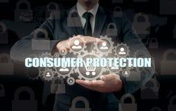 Säkerhet och försäkring av handel och gods trolley för shopping för skydd för begreppskonsument glass förstorande Royaltyfri Foto