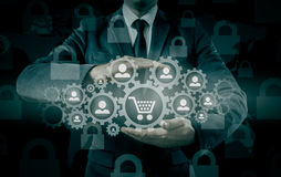 Säkerhet och försäkring av handel och gods trolley för shopping för skydd för begreppskonsument glass förstorande Arkivbilder