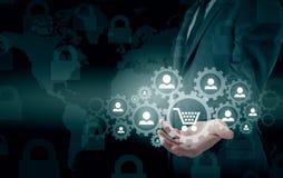 Säkerhet och försäkring av handel och gods trolley för shopping för skydd för begreppskonsument glass förstorande Arkivfoton