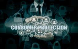 Säkerhet och försäkring av handel och gods trolley för shopping för skydd för begreppskonsument glass förstorande Arkivfoto