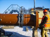 Säkerhet på arbete Svetsning och installation av rörledningen indust arkivbilder