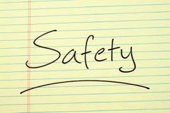 Säkerhet på ett gult lagligt block Arkivbild