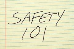 Säkerhet 101 på ett gult lagligt block Arkivbild