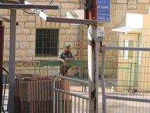 Säkerhet utanför grottan av patriarkerna, Jerusalem Fotografering för Bildbyråer