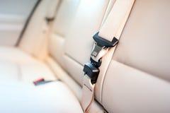 Säkerhetsbälte på bakre plats av den moderna bilen med beige läder Arkivfoto