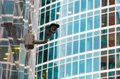 Säkerhetsbevakningsystem på ingången till en modern kontorsbyggnad Två kameror av video bevakning Royaltyfri Foto