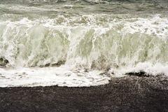 Säkerhetsbrytare på en svart strand arkivbild