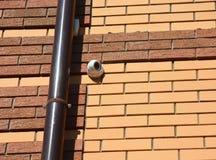 SäkerhetsCCTV-kameran monteras på en vägg Arkivfoton