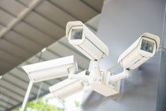 Säkerhetscctv-kameror på väggen Fotografering för Bildbyråer