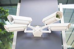 Säkerhetscctv-kameror på väggen Arkivbild