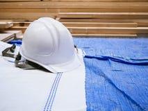 Säkerhetshjälm i konstruktionsplats royaltyfri bild