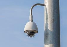 Säkerhetskamera, CCTV med bakgrund för blå himmel Fotografering för Bildbyråer