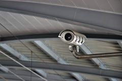 Säkerhetskamera eller CCTV på flygplatsen Fotografering för Bildbyråer