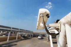 Säkerhetskamera eller CCTV på parkeringshuset Royaltyfri Fotografi