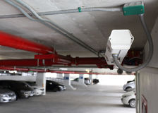 Säkerhetskamera i bilparkering Arkivbild