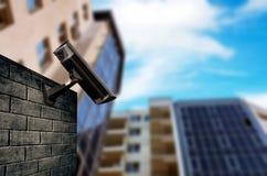 Säkerhetskamera med huset Arkivfoto