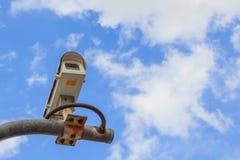 Säkerhetskamera på blå himmel arkivbilder