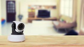 Säkerhetskamera på den Wood tabellen Ip-kamera Royaltyfri Bild