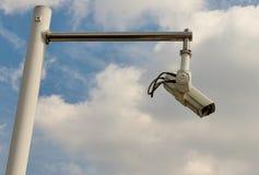Säkerhetskamera på pol mot himmel Royaltyfria Bilder