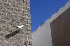 Säkerhetskamera på väggen Fotografering för Bildbyråer