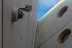 Säkerhetskamera på väggen royaltyfri foto