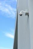 Säkerhetskameran installerar tränga någon av byggnad arkivbild