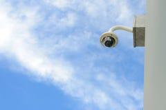 Säkerhetskameran installerar hörnet av byggnad fotografering för bildbyråer