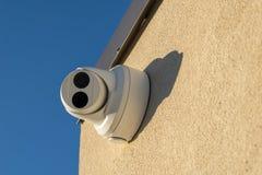 Säkerhetskameran monterade på en vägg, pekade rakt på tittaren, closeup arkivbild